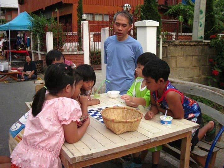 หากคุณมากาดพระนอน คุณจะเห็น เด็กๆกำลังแสดงออกทางความคิด การเล่นร่วมกัน มิตรภาพ โดยมีผู้ใหญ่ในครอบครัวมีส่วนร่วมด้วย